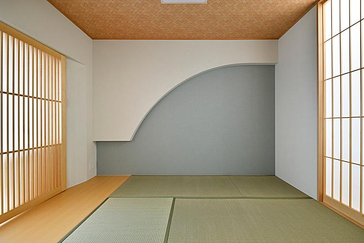 和室の梁型を曲線に加工することで、柔らかさと障子の柔らかさが居心地の良さを両立。